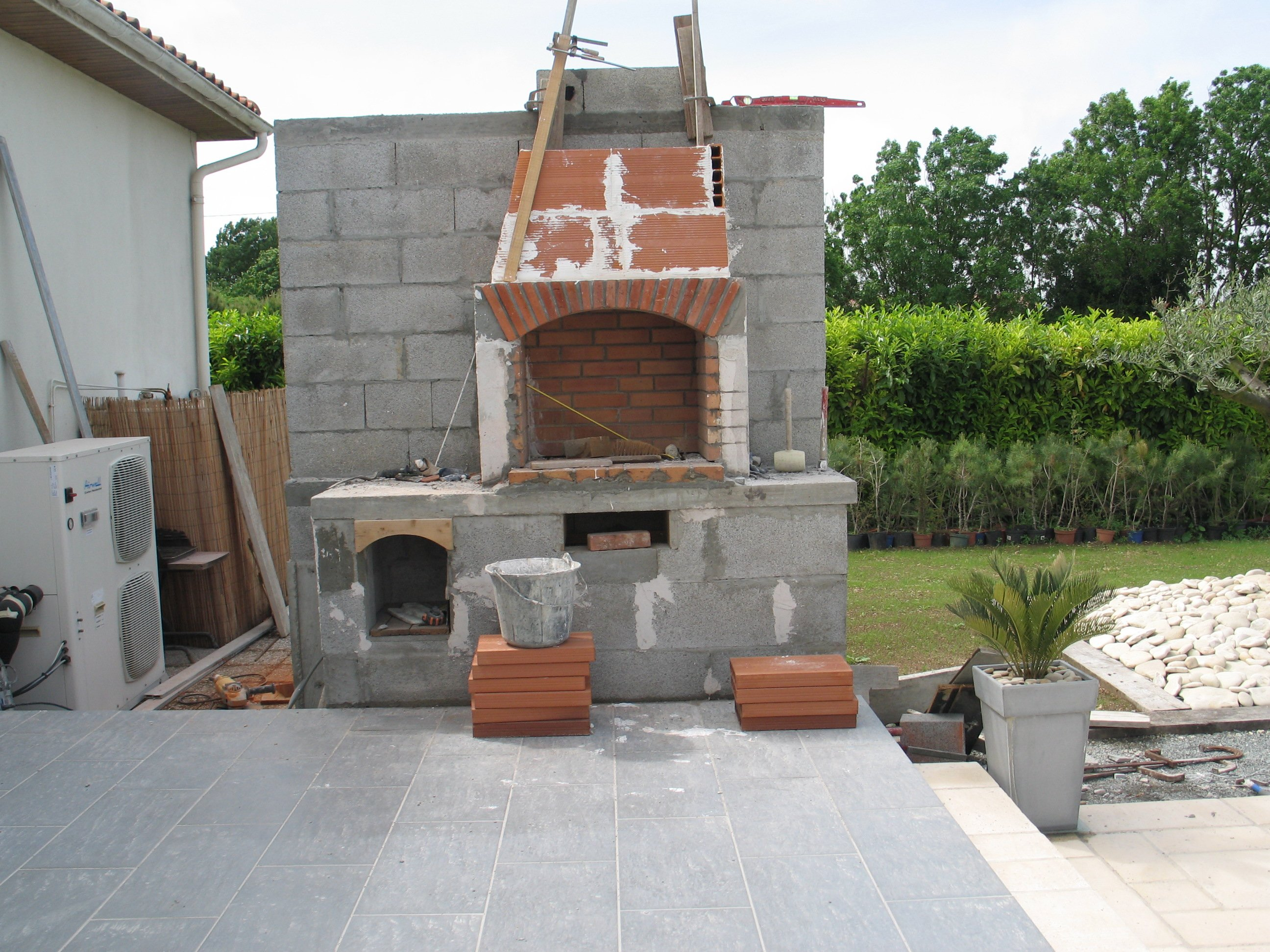 Construire son barbecue for Cheminee barbecue exterieur en brique